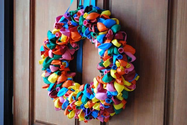 Here is another way to use balloons for an interesting party decoration. Tying the balloons into a wreath is a fun way to create a party atmosphere in a new and unique way.