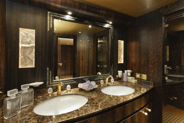 Modern Luxurious Master Bathrooms 214